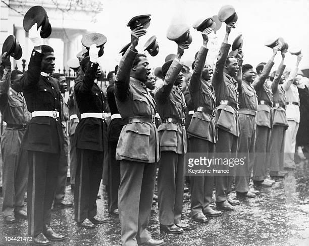 Les Gold Coast Cadets Donnent Une Acclamation Lors Du Lever Du Drapeau Commemorant L'Anniversaire De L'Independance Du Ghana a Londres Le 6 Mars 1957