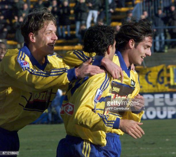les Gueugnonnais Didier Neumann Marcelo Luis Trapasso et Didier Chabert laissent éclater leur joie après le premier but le 19 février 2000 à Gueugnon...