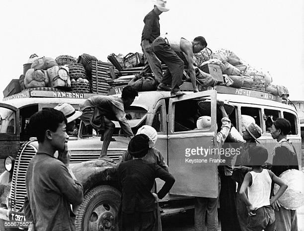 Les habitants de la capitale de la zone sud surchargent leurs voitures lors de l'évacuation de la ville le 1er juillet 1954 à Nam-Dinh, au Vietnam.