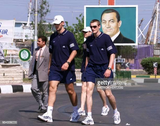 les handballeurs français le capitaine Guéric Kervadec Cédric Burdet et le gardien Françis Franck se promènent accompagnés d'un policier égyptien le...