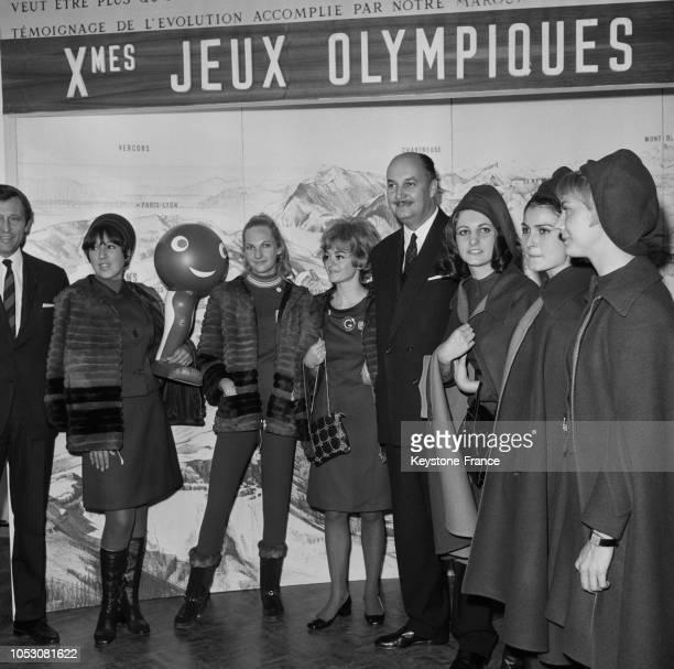 Les hôtesses de Grenoble présentent à Monsieur Dumas secrétaire d'Etat au Tourisme leur uniforme dessiné par Sylvie Vartan pour les jeux olympiques à...