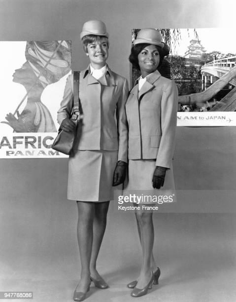 Les hôtesses de l'air de la Pan American World Airways présentant leurs nouveaux uniformes: un tailleur jupe beige ou bleu porté 2 pouces au-dessus...