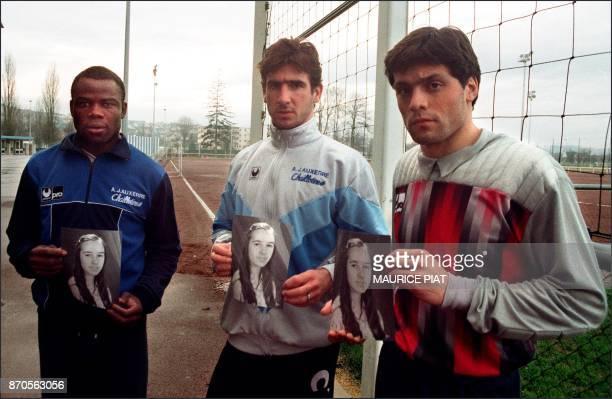 Les internationaux de l'équipe de football de l'AJ Auxerre Basile Boli Eric Cantona Bruno Martini pose le 16 janvier 1988 à Auxerre avec un portrait...