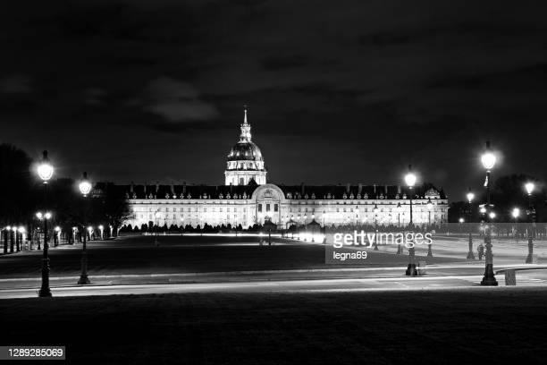 パリの夜のレ・アンヴァリッド - カルチェデザンヴァリッド ストックフォトと画像