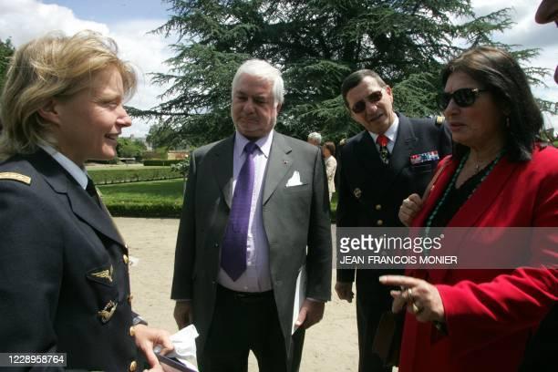 Les invités d'honneur Jean Claude Brialy , le Capitaine Caroline Aigle et la chanteuse grecque Nana Mouskouri discute avec le Vice Amiral d'escadre...