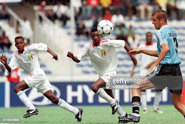 les jeunes Maliens Traoré Abdou et Coulibaly Adama essayent de contrôler l'Uruguayen Sorondo lors de la demifinale du championnat du monde de...