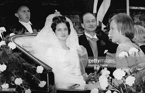 Les jeunes maries le Prince WelfHenri de Hanovre et la Princesse SophieAlexandra de Ysenburg dans le carrosse apres la ceremonie religieuse le 21...