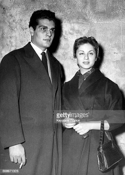 Les jeunes mariés Omar Sharif et Faten Hamama en lune de miel à Paris France le 10 mars 1955