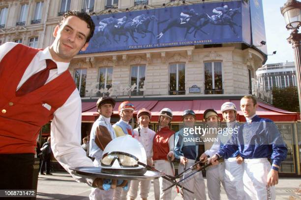 les jockeys Olivier Peslier Olivier Doleuze Davy Bonilla Dominique Boeuf Thierry Thulliez Thierry Jarnet Gérard Mossé et Thierry Gillet posent en...