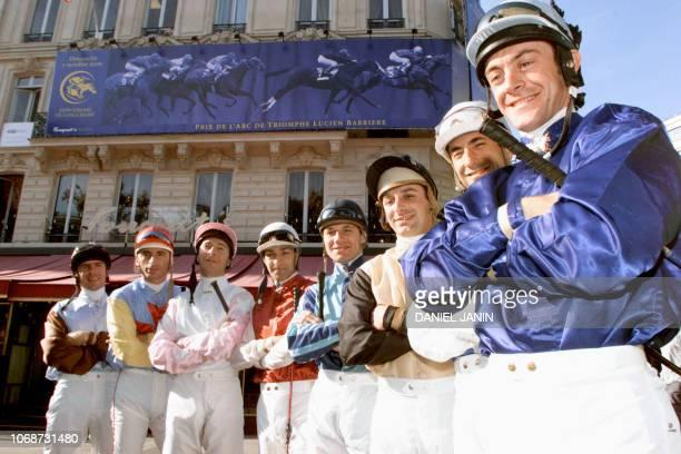 les jockeys Olivier Peslier Olivier Doleuze Davy Bonilla Dominique Boeuf Thierry Thulliez Thierry Jarnet Gérard Mossé et Thierry Gillet posent pour...
