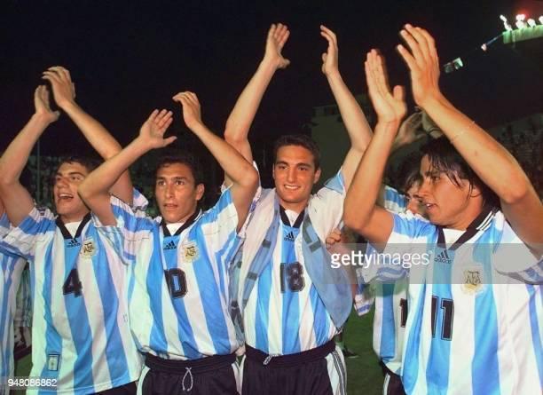les joueurs argentins Leandro Cufre Pablo Guinazou Lionel Scaloni Gabriel Milito et Francisco Guerrero fêtent leur victoire le 23 mai au stade Mayol...