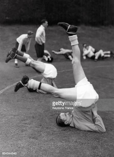 Les joueurs de l'équipe d'Angleterre à l'entraînement au RoyaumeUni en juin 1954