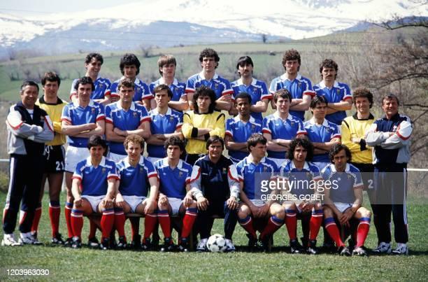 Les joueurs de l'équipe de France de football posent, le 07 mai 1986 à Font-Romeu . AFP PHOTO GEORGES GOBET
