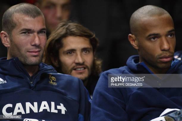 Les joueurs de l'équipe de France de football Zinedine Zidane, Bixente Lizarazu et Thierry Henri assistent au match opposant les San Antonio Spurs...