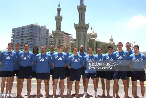 les joueurs de l'équipe de France de handball posent pour les photographes le 04 juin 1999 dans les rues de Port Said avant la rencontre...
