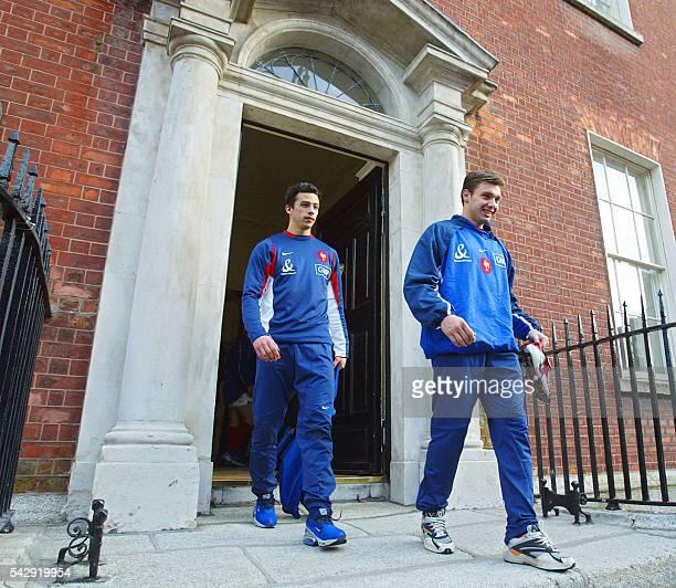 les joueurs de l'équipe de France de rugby Clément Poitrenaud et Vincent Clerc quittent leur hôtel le 06 mars 2003 à Dublin avant de participer à une...