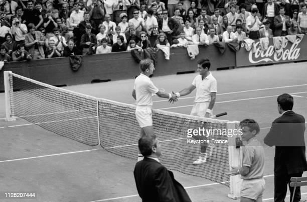 Les joueurs de tennis australiens Rod Laver et Ken Rosewall se serrant la mains avant la finale de RolandGarros à Paris France le 8 juin 1968