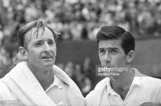 Les joueurs de tennis australiens Rod Laver et Ken Rosewall sur le terrain de RolandGarros à Paris France le 8 juin 1968