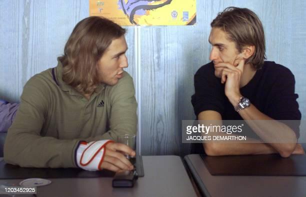 les joueurs de tennis français Arnaud Di Pasquale et Nicolas Escude s'entretiennent lors d'un point de presse le 24 novembre 1999 à Hendaye tenu pour...