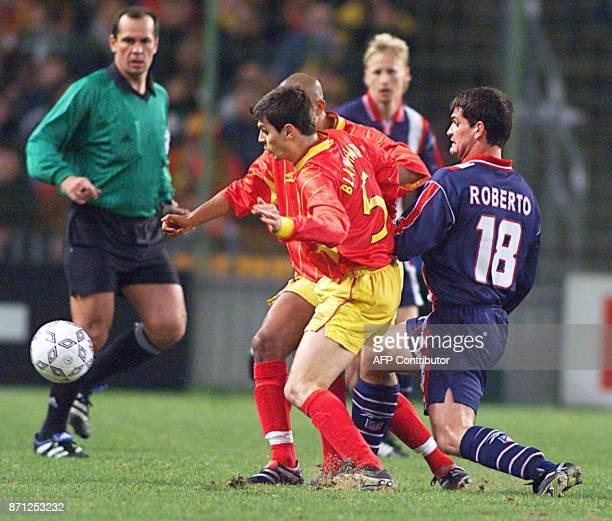 les joueurs du RC Lens Blanchard et Olivier Dacourt bloquent le joueur de l'Atletico de Madrid Roberto le 09 mars 2000 au stade Felix Bollaert de...
