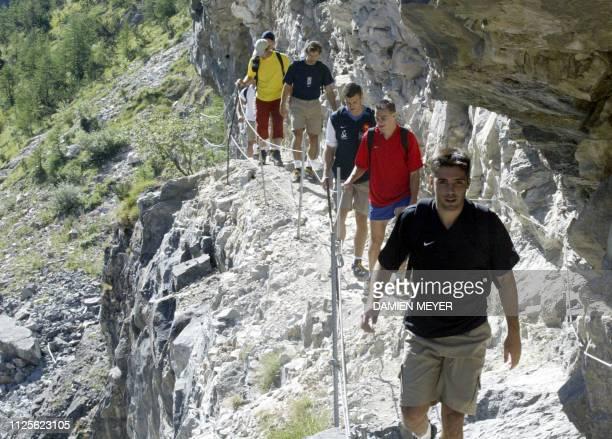 Les joueurs du XV de France de D à G Dimitri Yachvili Nicolas Brusque Damien Traille Fabien Galthié effectuent une randonnée le 03 août 2003 près de...