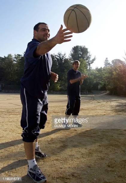 les joueurs du XV de France de rugby le talonneur Raphaël Ibanez et le demi d'ouverture François Gelez jouent au basket le 12 novembre 2001 sur le...
