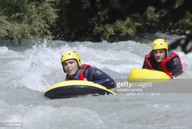 Les joueurs du XV de France Dimitri Yachvili et Nicolas Brusque descendent en jetspeed la rivière l'Isère le 05 août 2003 près de BourgSaintMaurice...