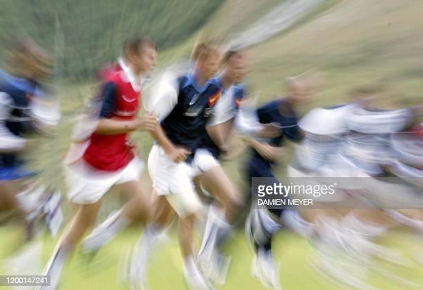 Les joueurs du XV de France s'échauffent, le 09 août 2003 au stade Yvon Mattis à Val d'Isère lors du stage en altitude de l'équipe de France de rugby...