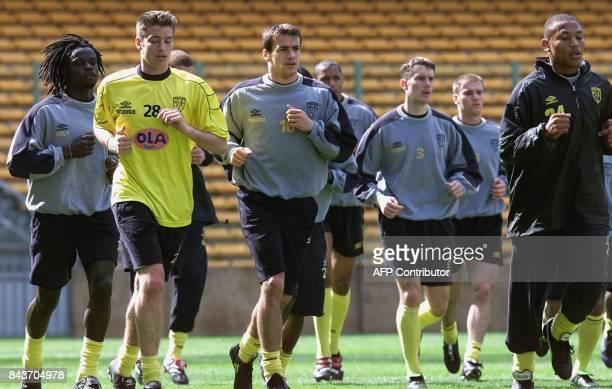 les joueurs lensois Ferdinand Coly Franck Queudrue Daniel Moreira Yoann Lachor et JoséKarl PierreFanfan s'echauffent le 19 avril avril 2000 au stade...