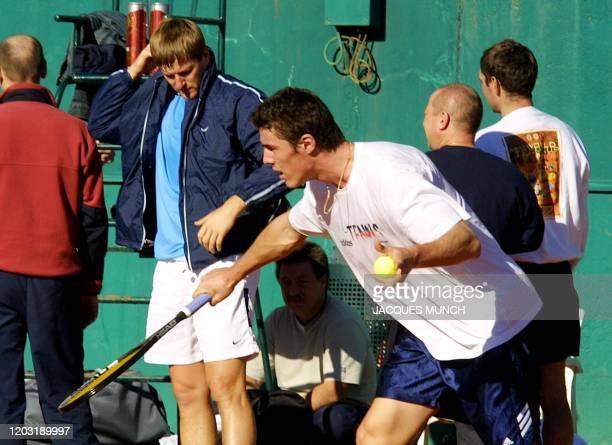 les joueurs russes Marat Safin vainqueur du tournoi en salle de ParisBercy et Yevgueny Kafelnikov champion olympique de Sydney s'entraînent le 22...