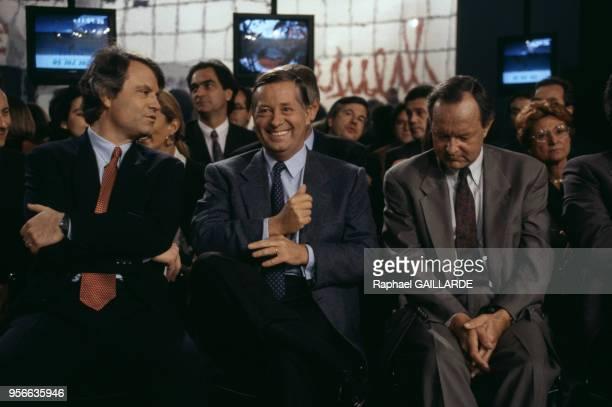 Les journalistes FranzOlivier Giesbert Alain Duhamel et Albert du Roy sur le plateau de l'émission de télévision 'L'Heure de vérité' en décembre 1993...