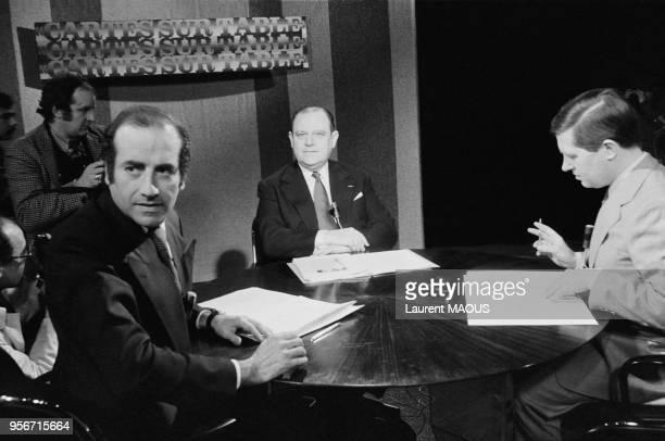 Les journalistes JeanPierre Elkabbach et Alain Duhamel reçoivent le Premier ministre Raymond Barre le 5 mars 1979 à Paris France