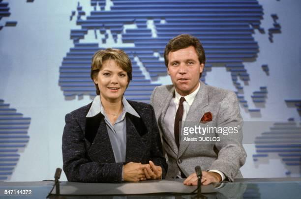 Les journalistes MarieFrance Cubadda et Bruno Masure presentent le journal televise de TF1 le 11 janvier 1986 a Paris France