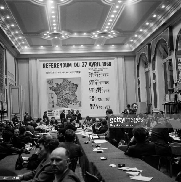 Les journalistes sont réunis au ministère de l'intérieur pendant le dépouillement du référendum du 27 avril 1969 sur la réforme du sénat et la...