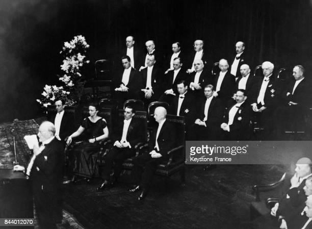 Les lauréats de 1935 réunis pendant la cérémonie au premier plan de gauche à droite Monsieur Chadwick Madame et Monsieur JoliotCurie et le Professeur...