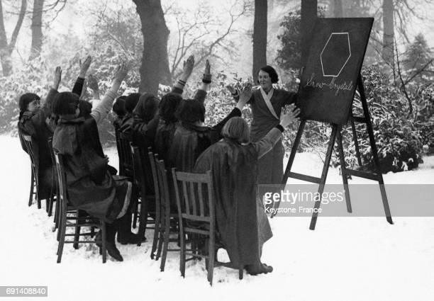 Les élèves de l'école 'Bents Green' lors d'une leçon sur la formation des flocons de neige le 28 février 1935 à Sheffield RoyaumeUni