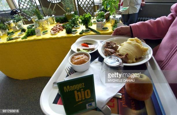 GOUT Les élèves du lycée Le Verrier à SaintLô sont sensibilisés le 15 octobre 2007 aux plats fruits et légumes bio que leur proposent les cuisiniers...