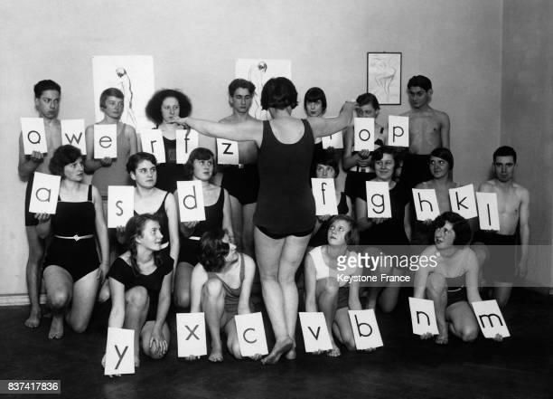 Les élèves d'une école de danse allemande forment une machine à écrire humaine dans laquelle chaque individu représente une lettre et doit danser...