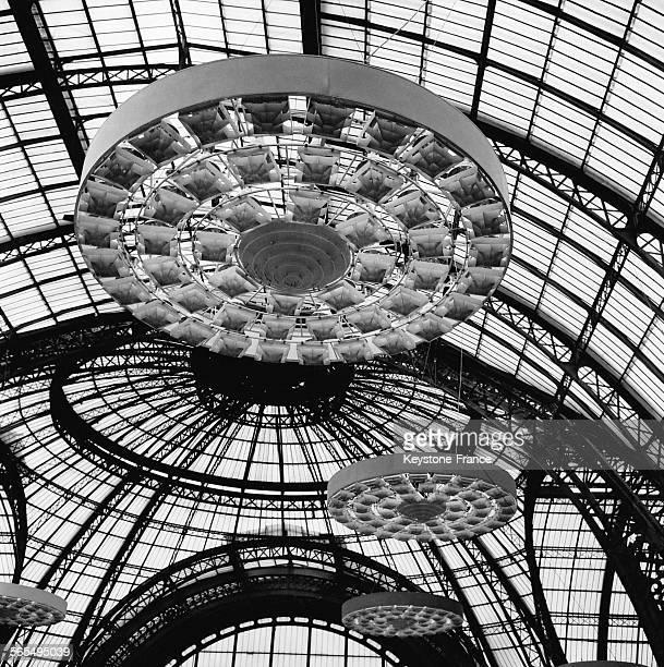 Les magnifiques plafonniers électriques sont installés sous la verrière du Grand Palais à Paris France le 14 septembre 1961