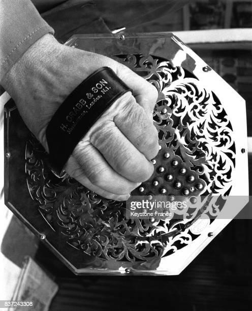 Les mains d'Henry Crabb fabriquant et expert en concertina le 22 janvier 1962 à Liverpool RoyaumeUni
