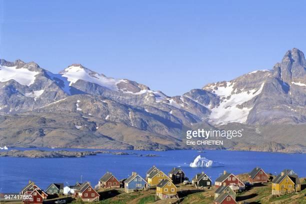 Les maisons colorees devant la baie d'Angmagssalik au pied des montagnes de Polhems Fjold Region d'Ammassalik