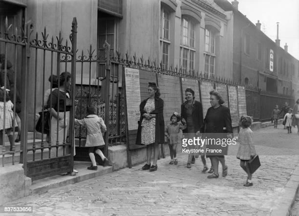 Les mamans amènent leurs enfants à l'école pour le premier jour de la rentrée à Paris France en septembre 1946