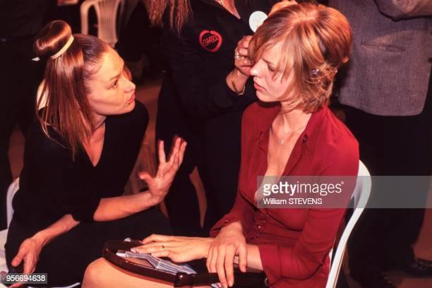 Les mannequins Carla Bruni et Eva Herzigova discutent pendant une séance maquillage lors d'un défilé de PrêtàPorter PrintempsEté 97 octobre 1996...