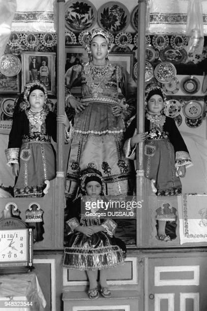 Les mardi de Pâques, les jeunes filles et les adolescentes revêtent leurs costumes traditionnels, à Olympos sur l'île de Karpathos, dans le...