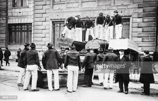 Les marins de l'équipage de la flotte de Brest prêtent mainforte lors de la crue de la Seine en 1910 à Paris France