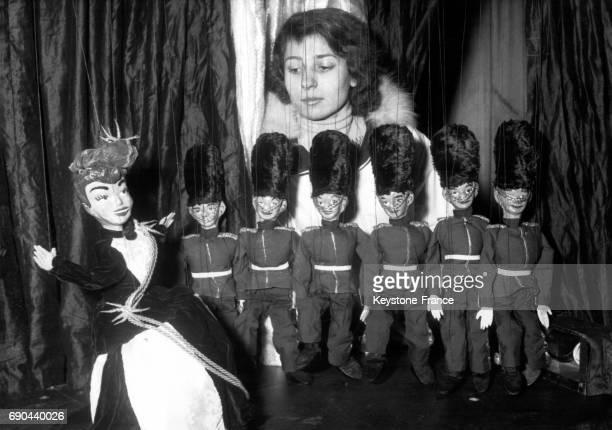 Les marionnettes représentant les Grenadiers de la Garde du Palais de Buckingham sur scène lors d'un spectacle présenté au Théâtre de l'Etoile à...