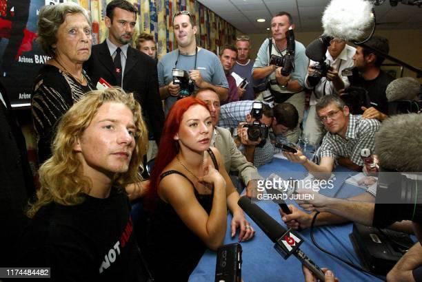 Les médaillés d'or au Jeux Olympiques 2002, les patineurs français Marina Anissina et Gwendal Peizerat , répondent aux questions des journalistes à...