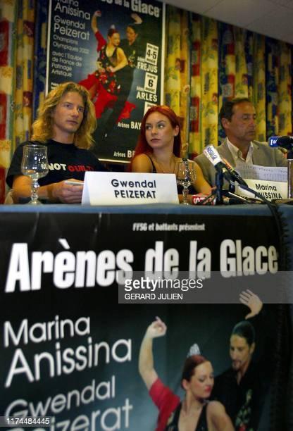 Les médaillés d'or au Jeux Olympiques de Salt Lake City, les patineurs français Marina Anissina et Gwendal Peizerat , écoutent le président de la...