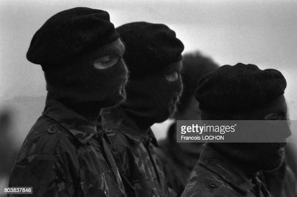 Les membres de l'IRA portent le cercueil de Bobby Sands à ses obsèques à Belfast le 7 mai 1981 Irlande du Nord Le militant de l'IRA est mort à la...