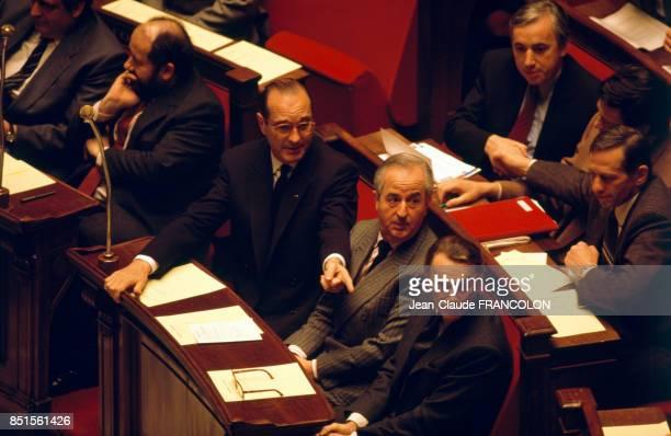 Les membres du gouvernement autour du Premier ministre Jacques Chirac entrain d'écouter un message du président de la République à Assemblée...